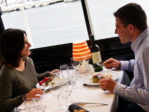 Passagers entrain de manger lors de la croisière repas