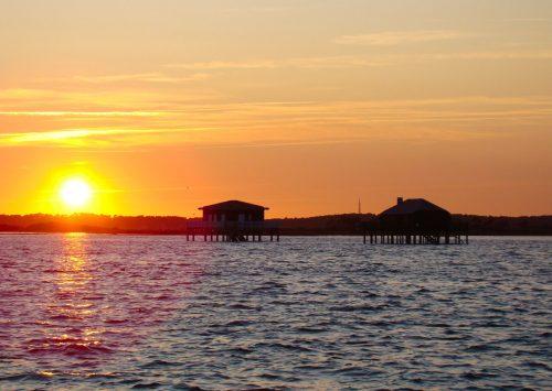 Les Cabanes Tchanquées au soleil couchant