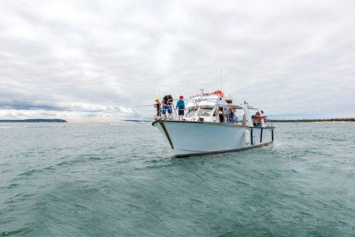 Un bateau de l'UBA pêche devant la Dune du Pilat