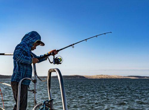 Un Moussaillon pêche devant la Grande Dune du Pilat