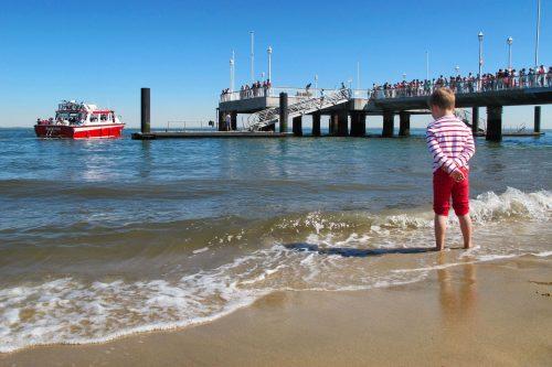Un enfant lors d'un départ pour le Cap Ferret avec la navette maritime de l'UBA