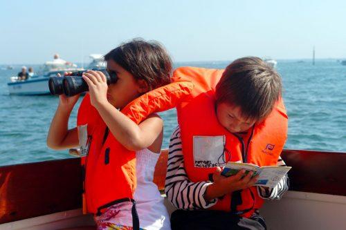 Deux enfants lors du Petit Tour des Bateliers