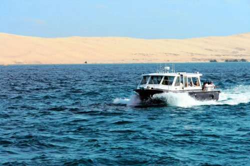 Un bateau de l'UBA devant la Dune du Pilat