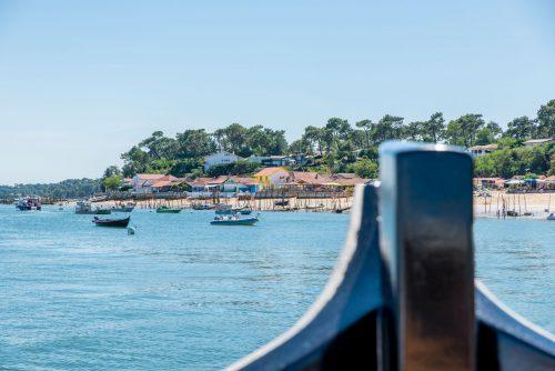 Un bateau de l'UBA devant le Cap Ferret