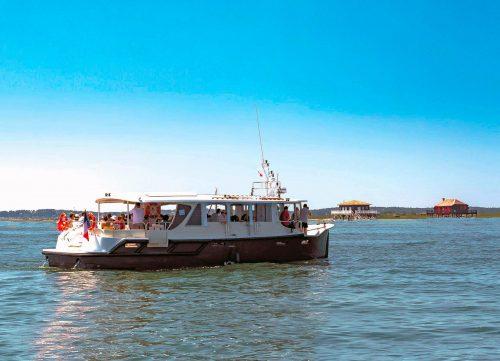 Un bateau de l'UBA devant les Cabanes Tchanquées