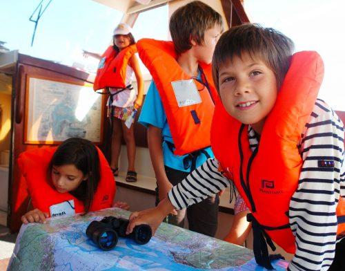 Les enfants se repèrent sur la carte lors du Tour de l'Île aux Oiseaux